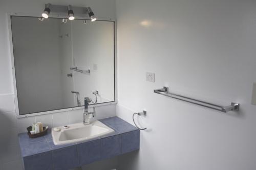 cottage bathroom 500x332